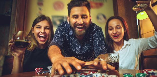 تلعب لعبة ورق على الانترنت